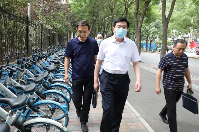 市城管局局长贾建文徒步督导沿街商户向收水...